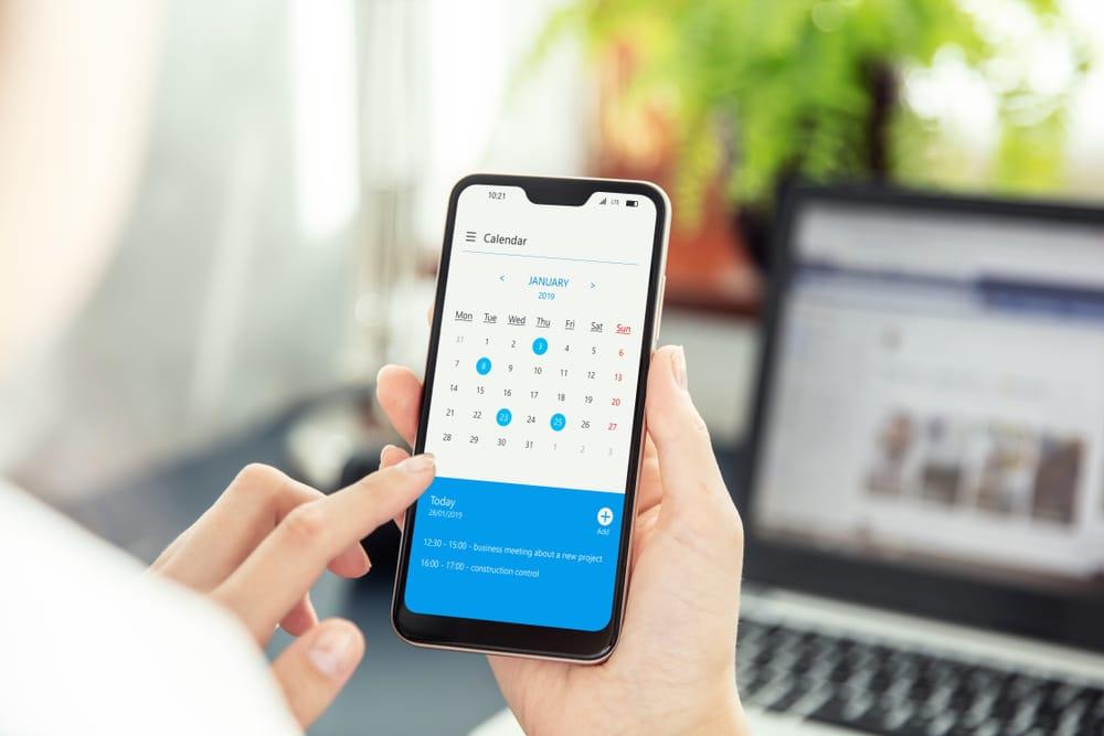 Kalender eines Smartphones bei der Online Terminreservierung